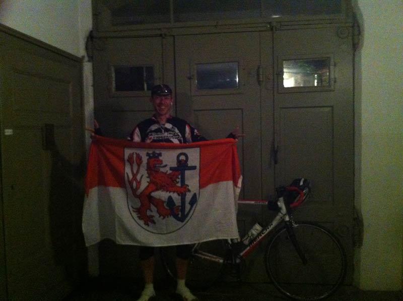 Für Fortuna nach Nürnberg - Noch umgibt ein Dunkel die Fahne des Vereins. Noch.